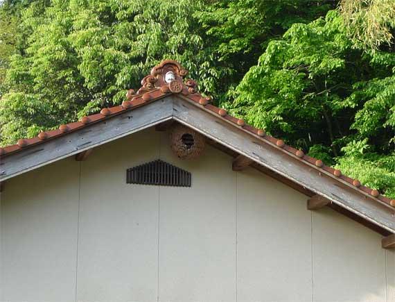 瓦の上にはエビス様。縁起が良さそうである。